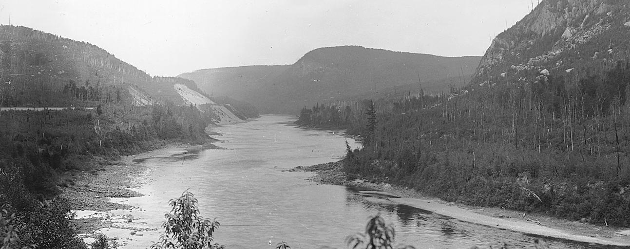 Le Saint-Maurice s'écoule dans le terrain accidenté du Bouclier canadien.