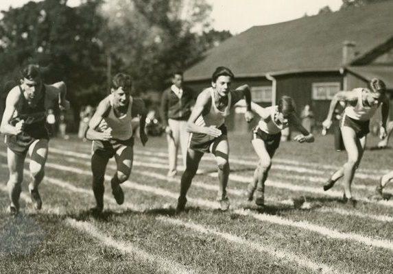 On voit Jack Cox, Glen Dix et Dudley Wilcox, parmi d'autres, qui se préparent pour leur course à pied dans les années 30.