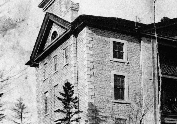 Photo de KGH comme il aurait apparu vers 1867 avec la nouvelle aile Watkins à droite.