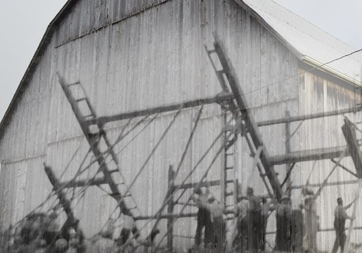 Une photo en noir et blanc d'une lève de grange superposée à une image contemporaine d'une grange.