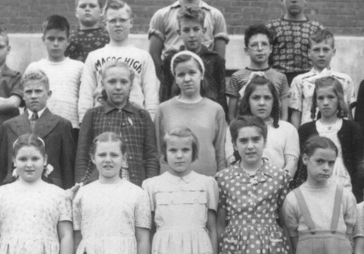 Photo en noir et blanc de jeunes écoliers